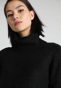 ONLY - ONLJANA COWLNECK DRESS  - Pletené šaty - black - 4