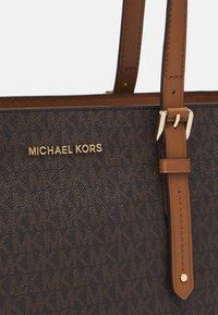 MICHAEL Michael Kors - ARIALG TOTE - Handbag - acorn - 4