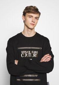 Versace Jeans Couture - CREW LABEL LOGO - Sweater - black - 2