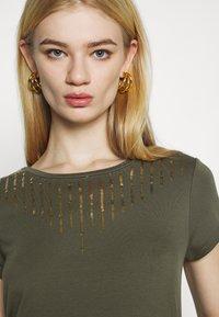 ONLY - ONLBRIELLE GRACE BLING BOX - Print T-shirt - kalamata/gold - 4