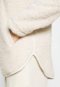 Abercrombie & Fitch - TRIM SHERPA ZIP - Fleece jumper - cream - 5