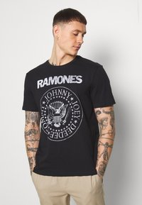 Only & Sons - ONSRAMONES FRONT PRINT TEE - Print T-shirt - black - 0