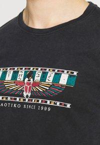 Kaotiko - TIE DYE EGYP - T-shirt print - dark grey - 5