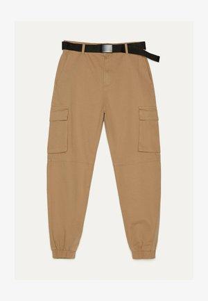 MIT GÜRTEL - Cargo trousers - beige
