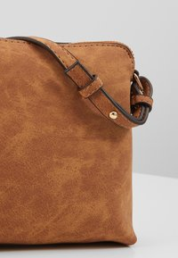 Dorothy Perkins - TAN ZIP TOP CROSS BODY - Taška s příčným popruhem - tan - 3