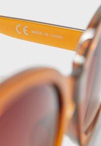 Stradivarius - MIT SCHRIFTZUG - Sunglasses - brown - 2