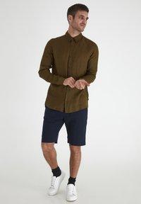 Tailored Originals - Camisa - dark olive - 0