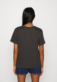 Even&Odd - CLARE YIN YANG FLAMES SMALL PRINT TEE / 801 - ANTHRACITE - Print T-shirt - anthracite - 2