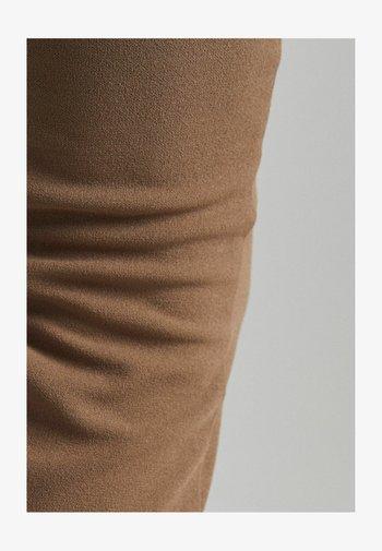 MIT SCHLITZ - Trousers - sand