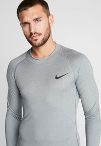 Nike Performance - PRO TIGHT MOCK - Camiseta de deporte - smoke grey/light smoke grey/black - 4