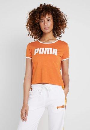 PERFORMANCE RETRO TEE - Print T-shirt - burnt orange