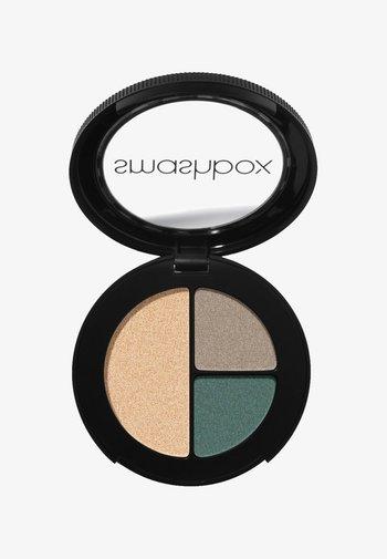 PHOTO EDIT EYE SHADOW TRIO 3,2 G - Eyeshadow palette - 556f68, a39384, e1bd9c day rate
