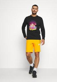 The North Face - MENS GLACIER SHORT - Pantalones montañeros cortos - flame orange - 1