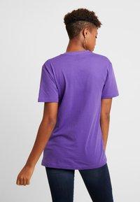Merchcode - LADIES NEVER ON TIME TEE - Print T-shirt - ultra violet - 2