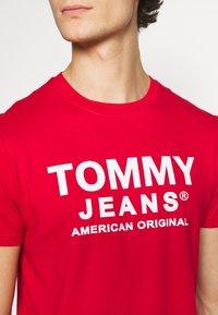 Tommy Jeans - TJM ESSENTIAL FRONT LOGO TEE - T-shirt z nadrukiem - deep crimson - 5