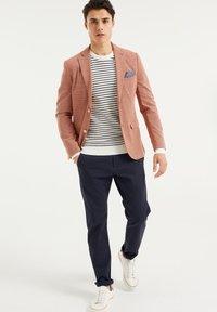 WE Fashion - WE FASHION HERREN-SKINNY-FIT-SAKKO MIT MUSTER - Suit jacket - rust brown - 1