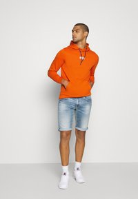 Tommy Jeans - ESSENTIAL GRAPHIC HOODIE - Sweat à capuche - bonfire orange - 1