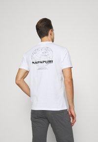 Napapijri - GRAPHIC - T-shirt med print - white - 2