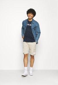 Jack & Jones - JORCHOLL TEE CREW NECK - Print T-shirt - navy blazer - 1