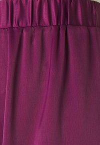 Who What Wear - WIDE LEG TROUSER - Trousers - deep berry - 2