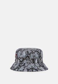 Karl Kani - SIGNATURE SNAKE BUCKET HAT  - Cappello - black/white/red - 2