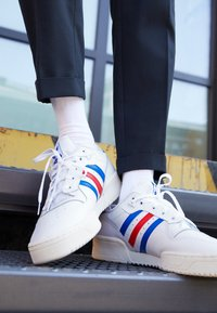 adidas Originals - RIVALRY SPORTS INSPIRED SHOES UNISEX - Joggesko - footwear white/power blue/vivid red - 2