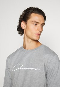 CLOSURE London - DOUBLE SCRIPT CREWNECK SHORT SET - Sweatshirt - grey - 5