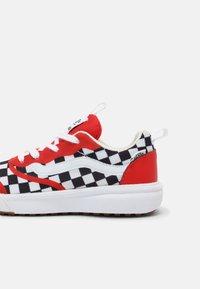 Vans - ULTRARANGE RAPIDWELD UNISEX - Sneakers laag - high risk red/true white - 4