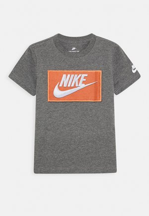 FAUX FUTURA PATCH TEE - Print T-shirt - carbon heather