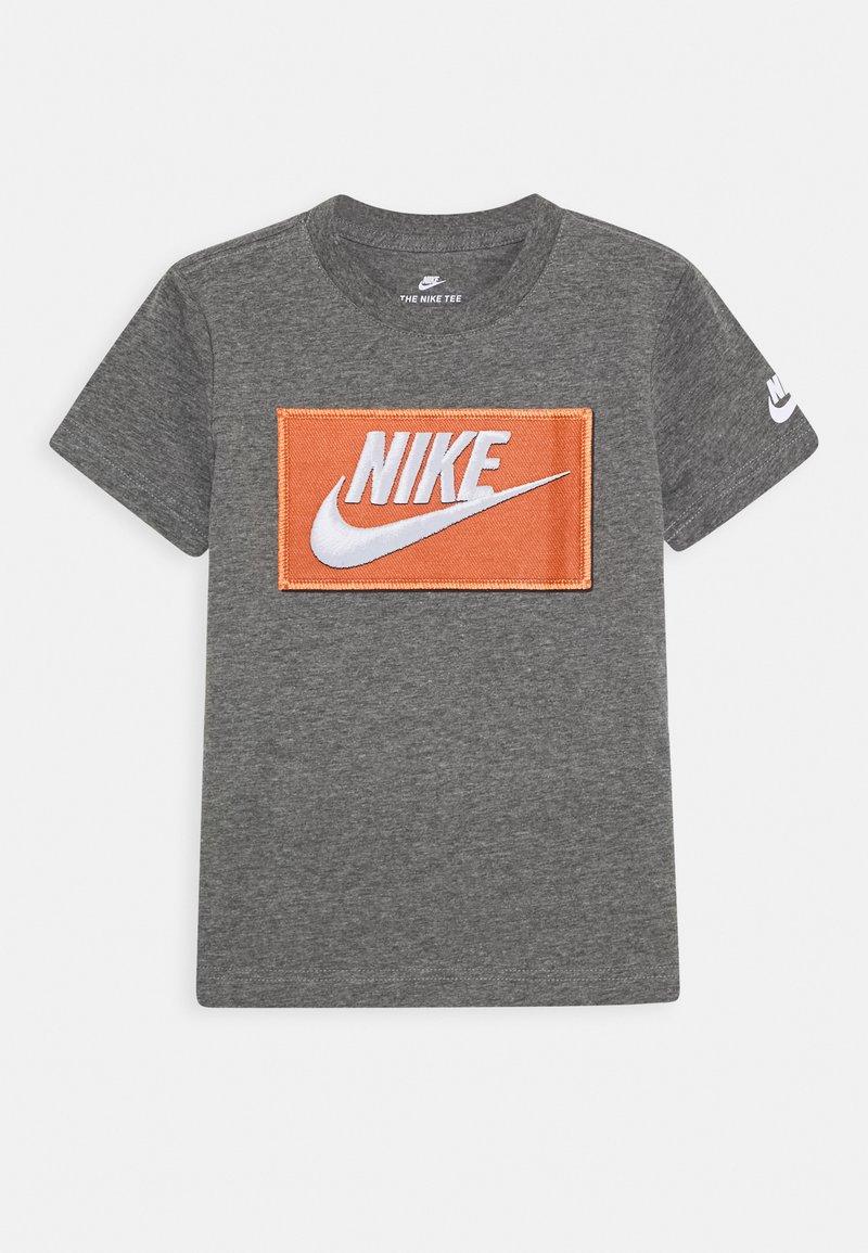 Nike Sportswear - FAUX FUTURA PATCH TEE - Print T-shirt - carbon heather