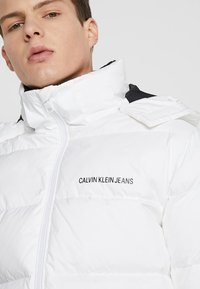 Calvin Klein Jeans - HOODED DOWN PUFFER  - Winter jacket - white - 4