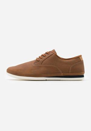 JOHNIKINS - Sznurowane obuwie sportowe - cognac