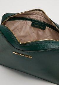 MICHAEL Michael Kors - JET SET TRAVEL CROSSBODY - Across body bag - racing green - 4