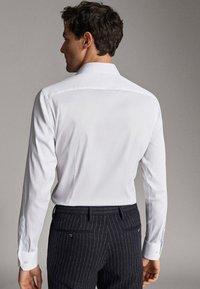 Massimo Dutti - MIT OTTOMANSTRUKTUR - Formal shirt - white - 2