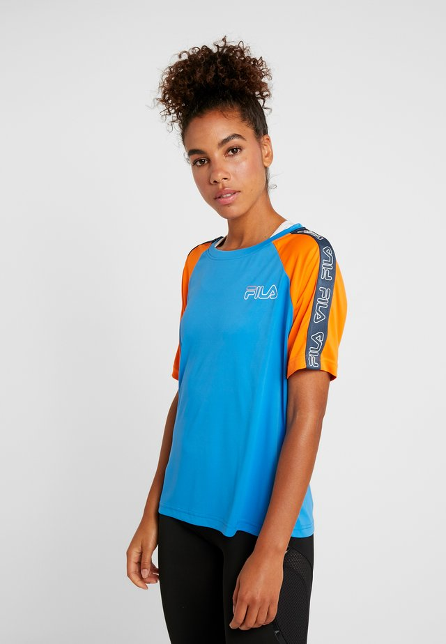 ADEL TEE LOOSE FIT - Print T-shirt - french blue/celosia orange