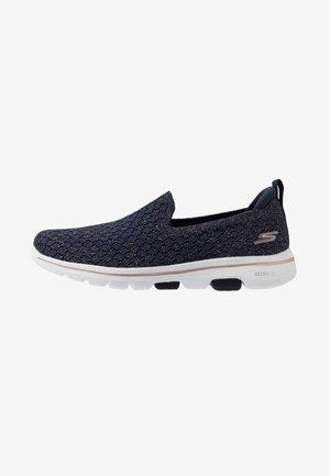 GO WALK 5 - Zapatillas para caminar - navy/rose gold