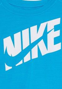 Nike Performance - T-shirts print - laser blue/white - 3