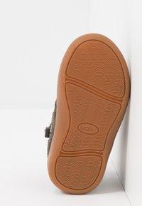 UGG - KRISTJAN - Volnočasové šněrovací boty - black/olive - 5