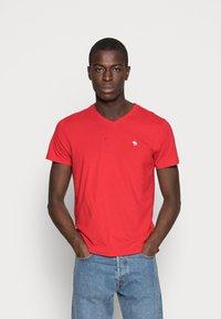 Abercrombie & Fitch - NEW FRINGE V NECK 3 PACK - T-shirt imprimé - red/light blue/navy blue - 4