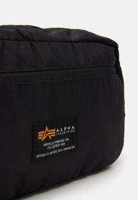 Alpha Industries - CREW TRAVEL BAG UNISEX - Wash bag - black - 4