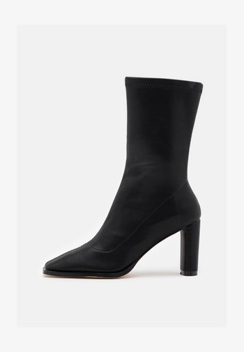 SQUARED TOE TIGHT SHAFT BOOTS