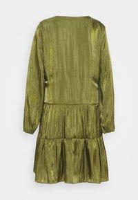 comma - KURZ - Denní šaty - deep green - 7