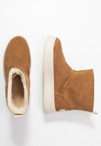 UGG - CLASSIC BOOM BOOT - Platform ankle boots - chestnut - 3