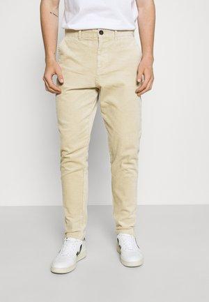 AKJULIUS PASPEL PANT - Pantalon classique - brown rice
