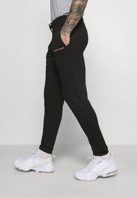 Tommy Hilfiger - LOGO - Spodnie treningowe - black - 3