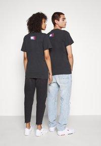 Tommy Jeans - ABO TJU X BEAVIS TEE UNISEX - T-Shirt print - blackout - 2