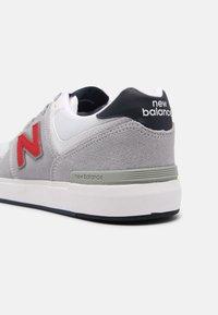 New Balance - AM425 UNISEX - Zapatillas - grey/red - 4
