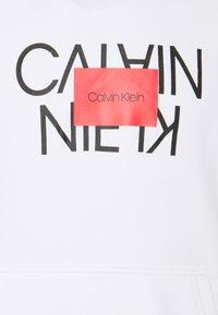 Calvin Klein - TEXT REVERSED HOODIE - Mikina - white - 2