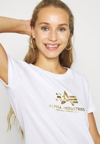 Alpha Industries - NEW FOIL - T-shirt print - white/metal gold - 3