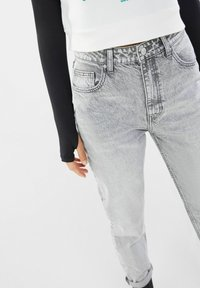 Bershka - MOM FIT JEANS - Relaxed fit jeans - grey - 3